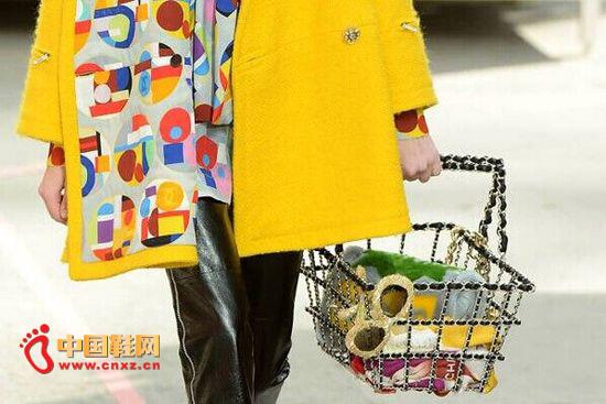 """奢侈品牌香奈儿新推五款""""超市风格""""购物包生活"""